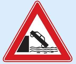 deniz veya nehir kıyısında biten yol işareti