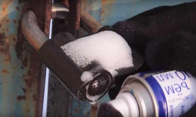 WD-40 ile soğukta donmuş kilidi açma